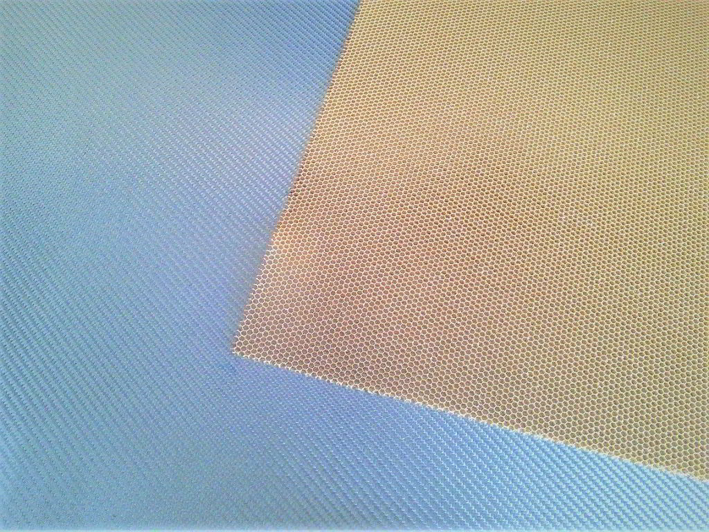 Nomex aramid honeycomb<br>Thickness 2 mm<br>Cell size 3.2 mm