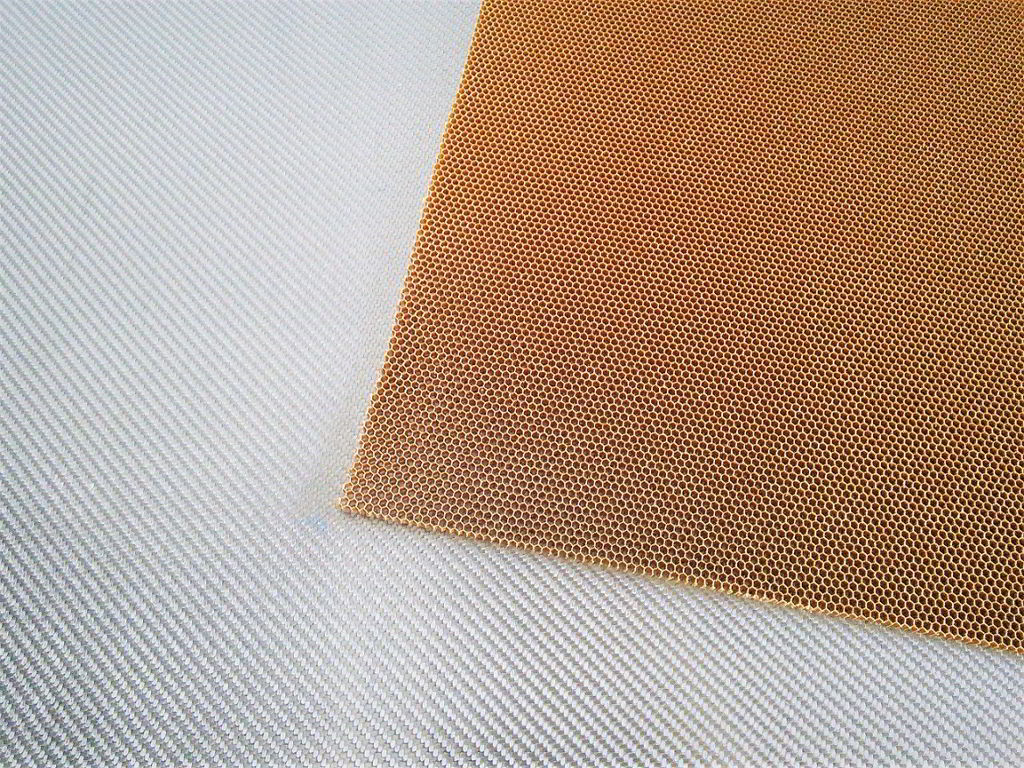 Nomex aramid honeycomb<br>Thickness 4 mm<br>Cell size 3.2 mm
