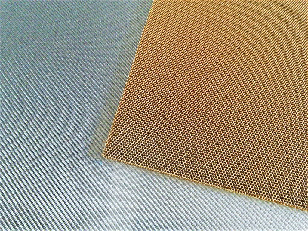 Nomex aramid honeycomb<br>Thickness 7 mm<br>Cell size 3.2 mm